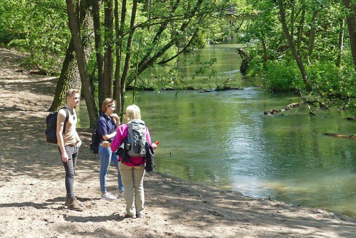 Wanderer auf dem Uferweg an der Lippe bei Marienloh