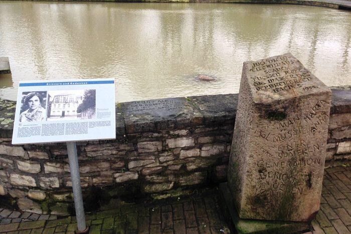 Gedenktafel und -stein für Jenny Aloni am Quellbecken der Börnepader